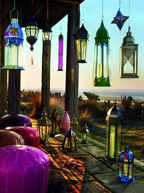 I don't know why all these pretty glass lanterns and colorful pillow-chairs are gathered together, but I want to be gathered there, too.