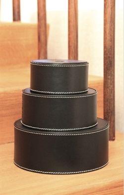 Denne skønne kasse i læder er rigtig god til opbevaring.  Brug denne opbevaringskasse til alle dine småting eller til børnenes legetøj.  Passer godt ind i kontoret.  Formen og materialet gør den stærk og holdbar.