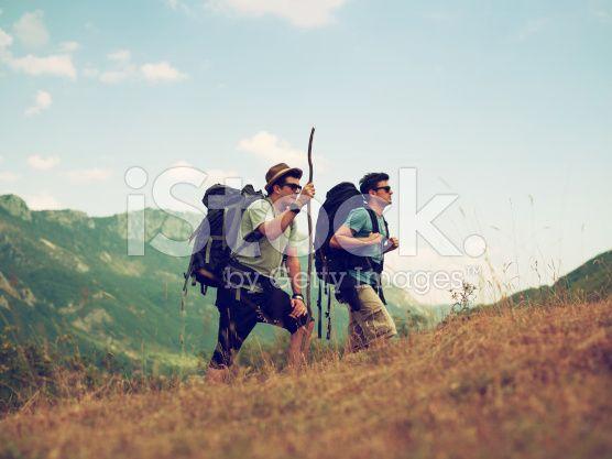 two friends hiking on hill – lizenzfreie Stock-Fotografie
