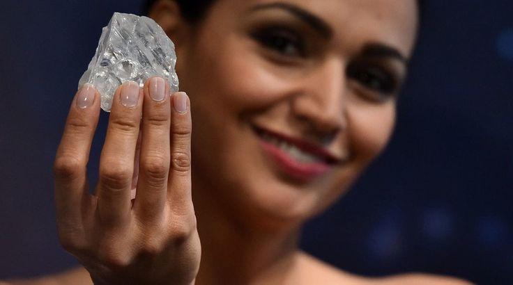 Luego de un año de negociaciones, una joyería británica acordó la astronómica cifra con la minera canadiense que descubrió en 2015 la piedra preciosa en Botswana. Mide casi como una pelota de tenis y es el segundo más grande encontrado en la historia