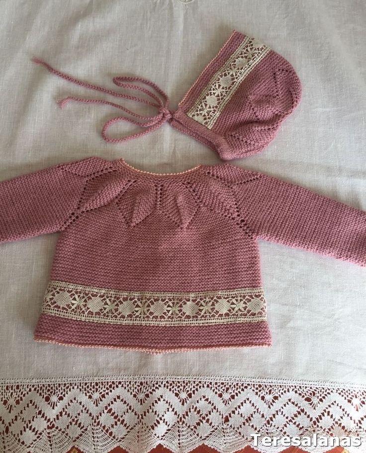 En esta familia nacen niños continuamente, no me voy a quedar sin trabajo.... Este conjunto rosa oscuro se lo he hecho para Carmen, cua...