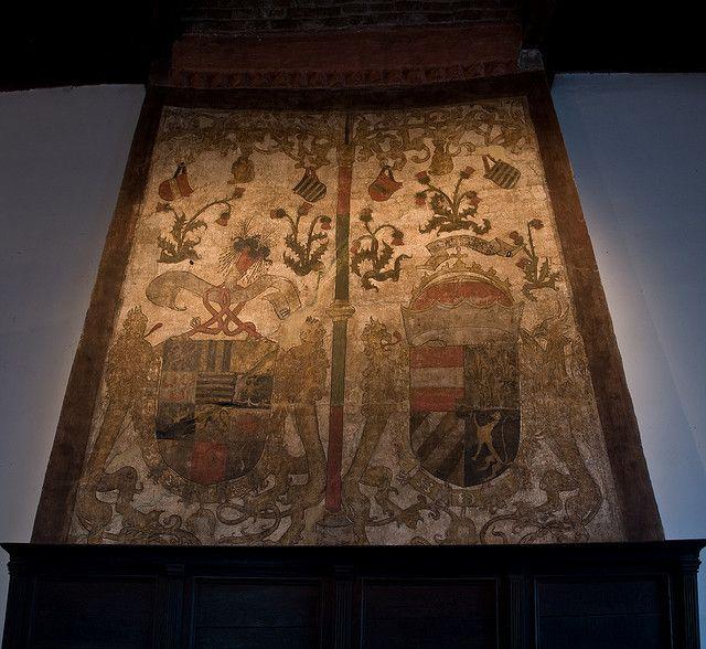 De muurschildering boven de schouw dateert van 1492 - 1494. Het linker wapen is van Albrecht van Saxen Meissen; het rechterwapen van Philips de Schone, zoon van keizer Maximiliaan van Oostenrijk en hertog van Bourgondië. Zowel de kleuren rood-wit-rood als de Franse lelie komen in het wapen voor.