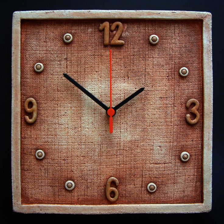 Hodiny  Keramické závěsné hodiny Vyrobeno z hrubé šamotové hlíny, glazováno matnými glazurami. Rozměr cca 26x26 cm
