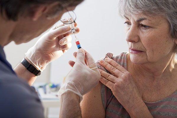 Más de 100 Personas Mayores Mueren Después de Recibir la Vacuna Contra la Gripe - 105 personas mayores murieron después de participar en ensayos de vacuna contra la gripe de alta dosis, y 91 murieron después de recibir la vacuna regular.