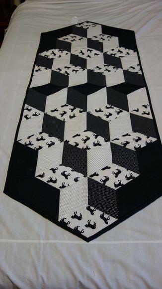 Produto técnica em patchwork 3D.  Confeccionado com tecido de algodão de excelente qualidade,pré encolidos,cores firmes.  Estruturado com manta acrílica e quilt reto R$ 125,00