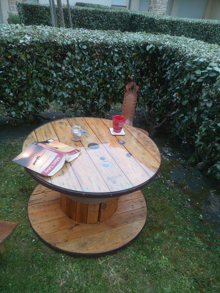 Mon deuxième touret rénové. Le bois était très propre. J'en ai fait une table basse réversible. Elle peut servir de table de jardin ou aussi bien de salon. diy, bobine bois