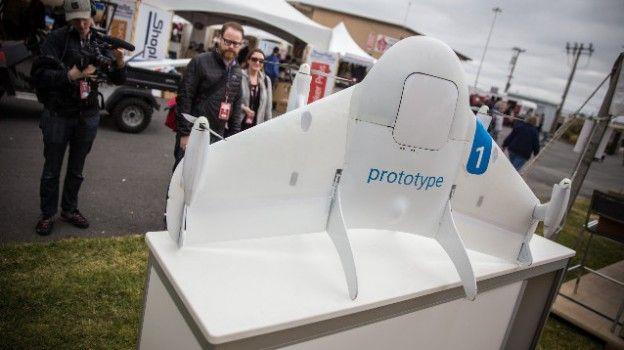 """Dopo Amazon con """"Prime Air"""", anche Google si lancia nel settore delle consegne via droni aerei con Project Wing che, assicura David Vos, responsabile dell'iniziativa, avvieranno commercialmente la loro attività già nel 2017. Permessi della FAA permettendo..."""