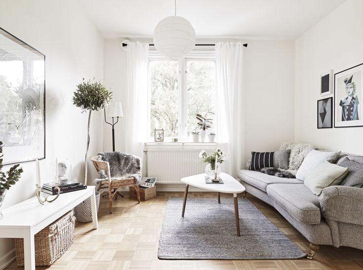 Home tour, simplicité et mélange des matières.  Salon, canapé gris, table basse tripode, et plantes vertes.
