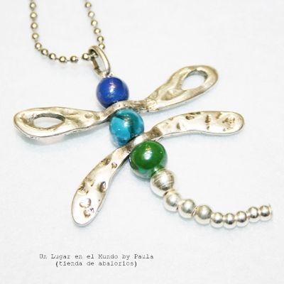 Collar con libélulas de zamak y bolas de cerámica. www.unlugarenelmundobypaula.com