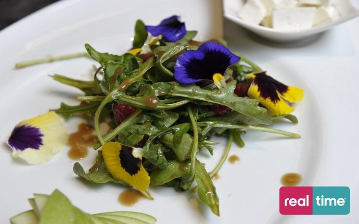 Real Time è: Cucina Con Ale con Alessandro Borghese. Insalata di lamponi. Guarda la ricetta su www.realtimetv.it/web/cucina-con-ale