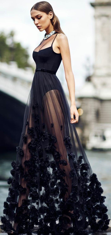 ad0acc90e2342 robe en noir, avec top sans manches de type body, décolleté échancré, jupe  transparente en organza, idée tenue soirée chic détail choc