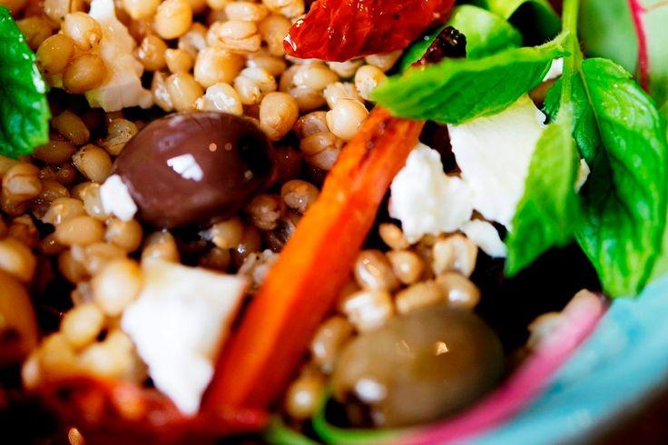 Ljummen matvete-sallad m rostade rotfrukter och fetaost. Rödlök, palsternacka och Sötpotatis använder jag.