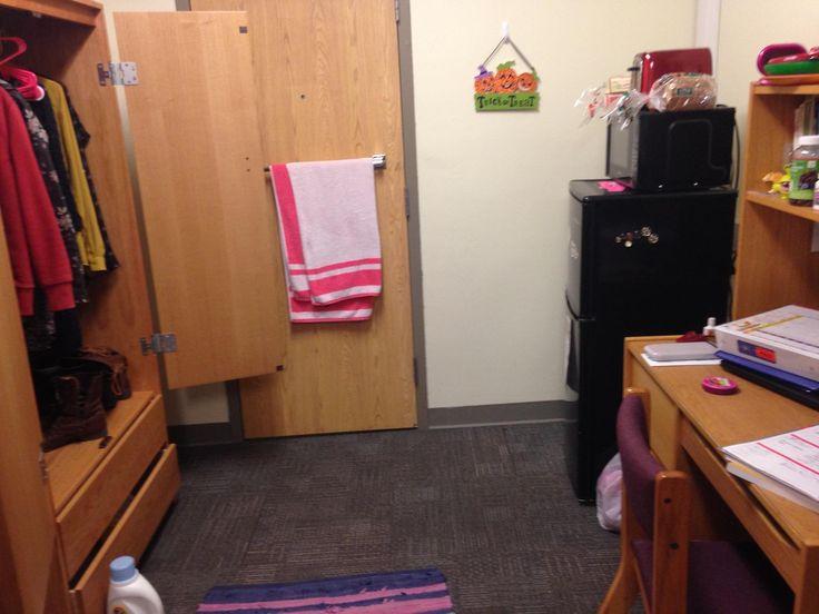 Это моя комната.  В комнате, у меня есть фиолетовый стол, велая тетрадь, красный тостер, жёлтая рубашка, и большой шкаф.