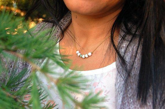 Collar blanco de cristal swarovski. Delicado por CuentaseHistorias Code: MERRY 10%Off #blackfridaysaleetsy
