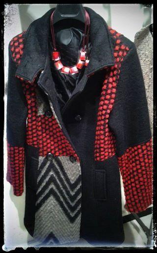 Collana ZSISKA collezione Colourful Cubes. Combinazioni di colori luminosi, freschi e alla moda che completano il tuo outfit! Cappotto in lana, bellissimo!!