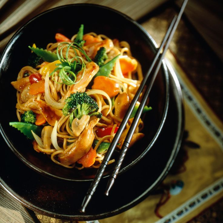 Découvrez la recette Sauté de nouilles chinoises au poulet et légumes sur cuisineactuelle.fr.