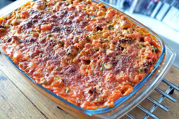 Deze tomaten-kaascasserole is een lekkere pasta ovenschotel boordevol groenten. De basis van de saus is tomatencrèmesoep. Vreemd, maar erg lekker.