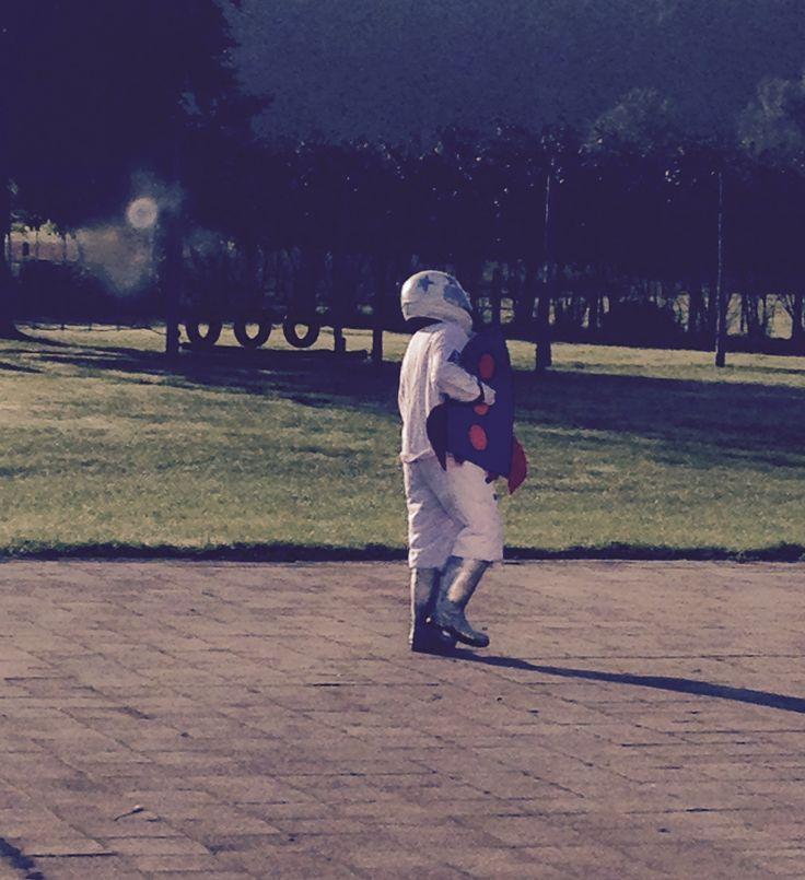 Start van het thema: er is een ruimtevaarder op de verkeerde planeet geland.. In de verte een (kartonnen) raket plaatsen voor de aankleding! Kids zullen sprakeloos zijn