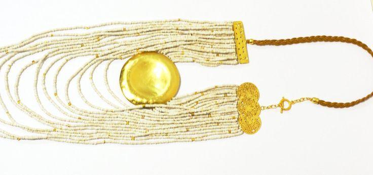 Collar con piezas bañadas en oro de 24 K, hechas a la cera perdida usando una aleación pura de metales, con piedras en deramica y cuero, película de protección