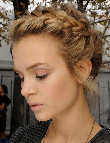 Las trenzas son una opción para las que les gusta llevar el pelo recogido, pero lucir naturales y relajadas vía Tip de Moda Inexmoda: trenzas