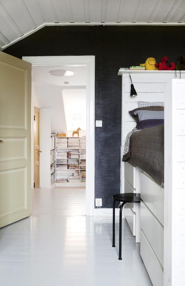 Lagringsplass under sengen: på barnerommeter sengen lagt oppå ...