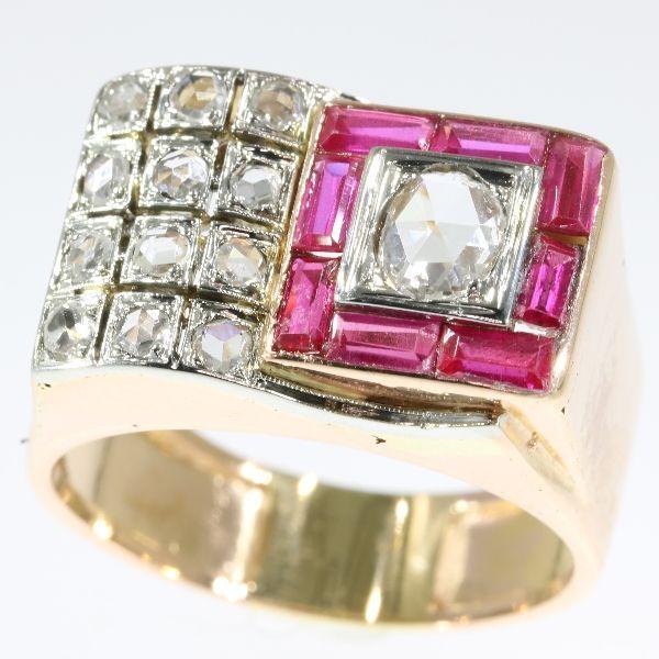 Tweekleurig goud diamant en ruby retro cocktail ring - anno 1940  Soort juweel: ringConditie: goedLand van herkomst: BelgiëStijl: Retro waaruit de typische vormen ook geschikt voor mannen (b.v. als pinky ring zijn)Era: ca. 1940Materiaal: 18K geel en details in witgoudDiamanten: 13 roos geslepen diamanten. We hebben niet het gewicht van deze diamanten die normaal in onze handel is als het gaat om roos bezuinigingen.Edelstenen: acht Robijnen (lab geproduceerd ook genaamd Verneuil ruby). Het…