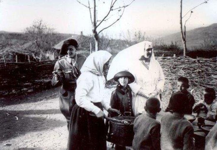 Regina Maria împreună cu principele Nicolae la căminul principele Mircea
