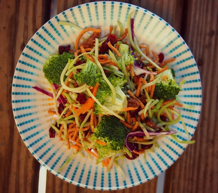 ngredients:    1 Cup Chow Mein Noodles  3 Cups Broccoli  5 Cups Broccoli Slaw  1/2 Cup Chopped Dates  1/2 Cup Craisins  1/4 Cup Sunflower Seeds  2 Packets Truvia  3 Tbsps Water    145 calories