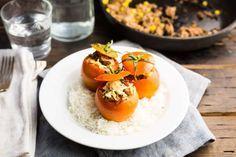 Recept voor gevulde tomaten voor 4 personen. Met zout, peper, tomaat, gehakt, maïskorrels, kaas en rijst