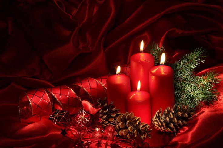 Červená barva a zapálené svíčky dodá interiéru krásné teplo.