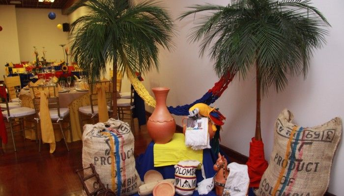 Decoración con artículos típicos para fiesta temática colombiana. #FiestaColombiana