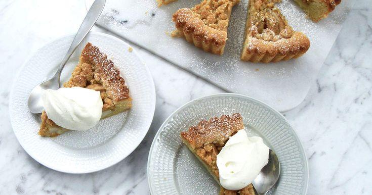 Smulpaj med päron och kardemumma, och en stor klick vaniljchantilly. Ljuvligt!Här kan du titta hur du gör chantilly!