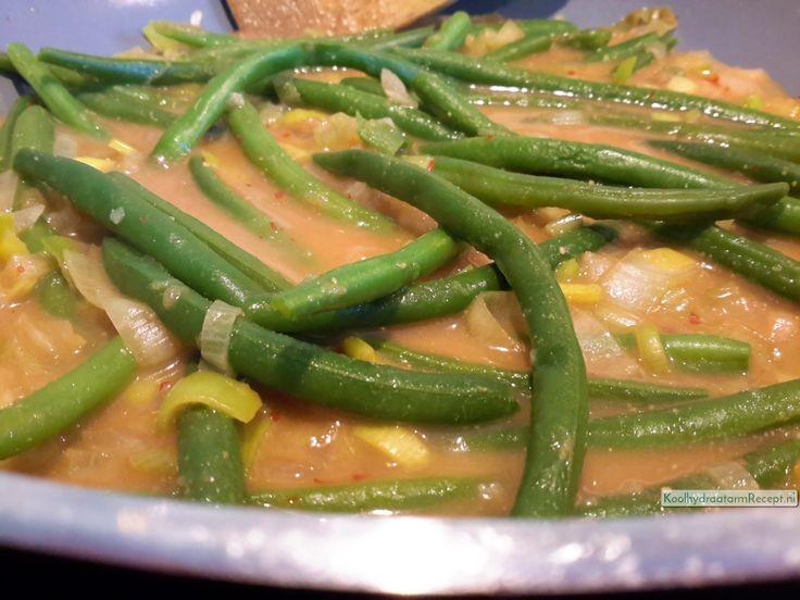Serveer deze overheerlijke sambal goreng boontjes met bloemkoolrijst (kort gebakken gemalen bloemkool, lijkt op rijst!)  of een ander Oosters gerecht. Als je vis eet dan zijn de tonijnspiesjes zeer aanbevelenswaardig!!! Die laatste is mijn favoriet.