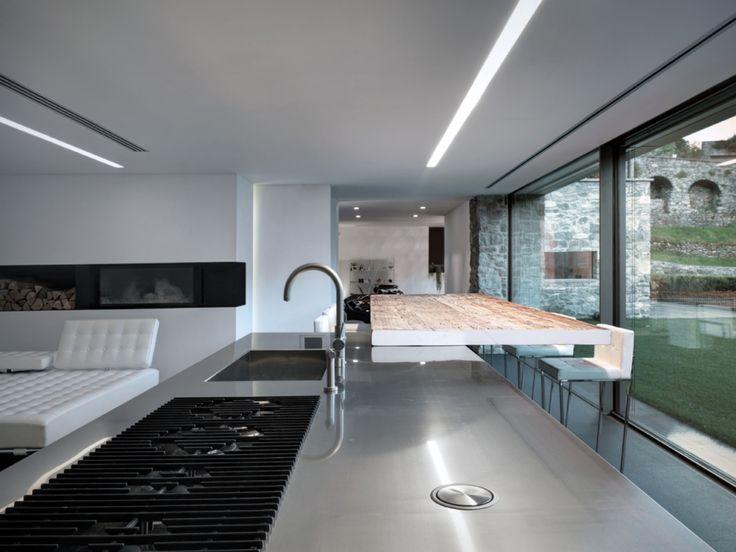 Edle Küche aus Edelstahl im minimalistischen Hanghaus Küche