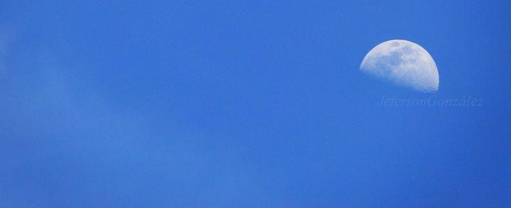 Aveces, solo aveces, buscar la luna al medio día resulta fascinante. #luna #moon #photography #photographer #Blue