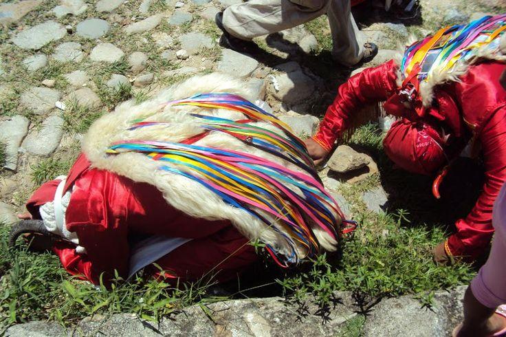 La capa de los diablos hecha a partir de lana de ovejo es una parte importante del disfraz de los diablos. Esta capa por lo general tiene otros objetos como cintas de colores y espejos pegados.