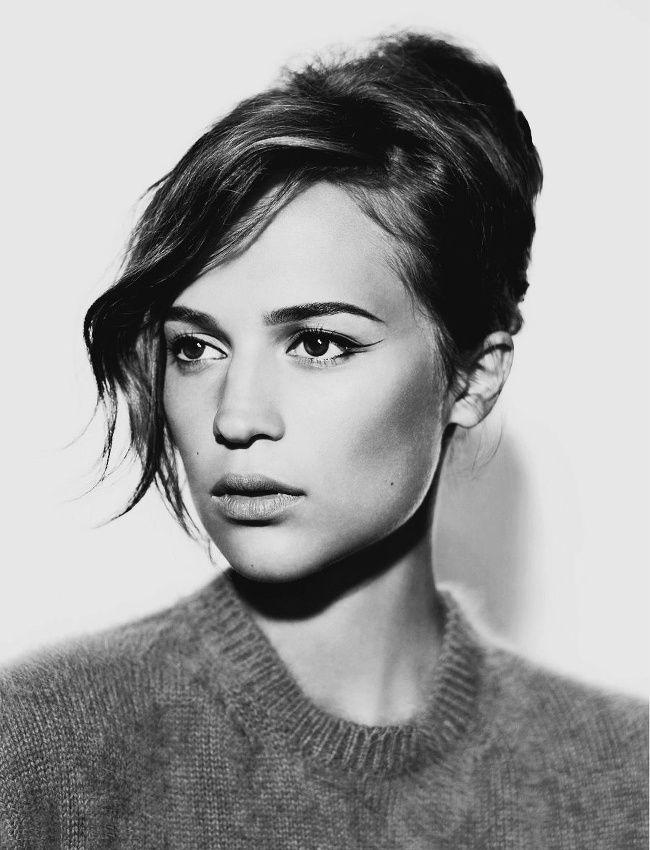 Trait fin d'eye liner + coiffure néo-rétro + pull casual col rond = le bon mix (photo Vanity Fair)