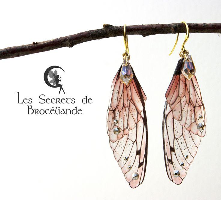 Boucles d'oreille féeriques corail - Ailes de fée, résine et Swarovski - Monture plaqué or rose - Les Secrets de Brocéliande