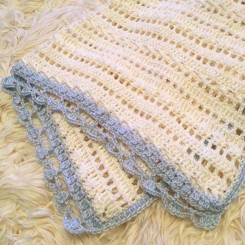 やさしい色合いと透け感がおしゃれ♪かぎ針編みのミニブランケット                                                                                                                                                                                 もっと見る