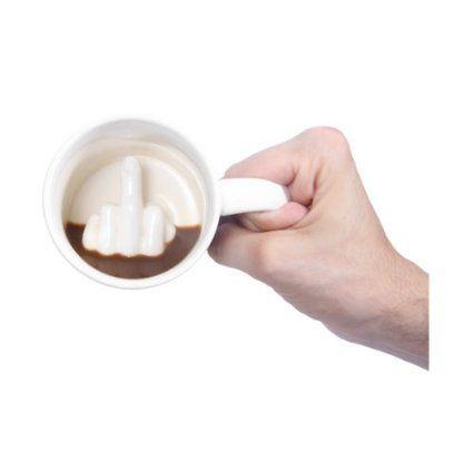 Que levante la mano quien no tiene un amigo o un jefe al que le gustaria mandar a la mierda, Pero claro no nos vamos a poner a su altura, nosotros tenemos mas estilo por eso podremos invitarles a una taza de café en la cual cuando se vaya vaciando verán un corte de mangas y ya si se la regalas lo recordaran para siempre. Mandarlos a la mierda si, pero con estilo #taza #regalosoriginales #cocina #hogar