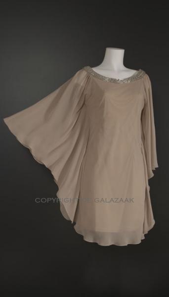 De vlindermouwen maken dit een perfecte jurk voor een zomers feest in een tuin of aan het strand! €175