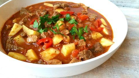 Gisteren maakte ik Hongaarse Goulash, een stoofgerecht met rundvlees, paprika en aardappel. Je eet het met rijst en het is een echt winte...