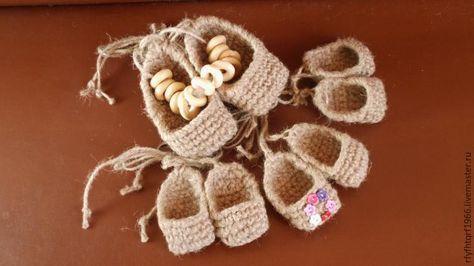 Предлагаю быстро и красиво связать сувенир — лапти из джутового шпагата. Этот оберег может быть использован как сувенир - подвеска в машину, на кухню, в баню, или как обувь — для национального костюма, танцев, обуви для кукол. Понадобятся джутовый шпагат и крючок. Набираем на крючок цепочку из 5 воздушных петель и обвязываем столбиками без накида по кругу без приб…