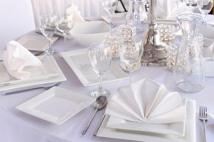 Dekoracje komunijne na stół z serwetek, fot. Shutterstock #dekoracje #komunijne #komunia #dekorowanie #dekor #obrus #stół #serwetka #biała #serwetki #białe #origami #talerzyki #przyjęcie #szkło #impreza #ślub #wesele #inspiracje #restauracja #kieliszki #szklanki #wazony #miseczka #porcelana #weselna #zastawa #serwis #ozdoby
