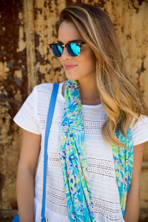 LOVE me some excellent scarves. They can dress up an outfit, add color, make it fun, funky, elegant.... just by adding it.