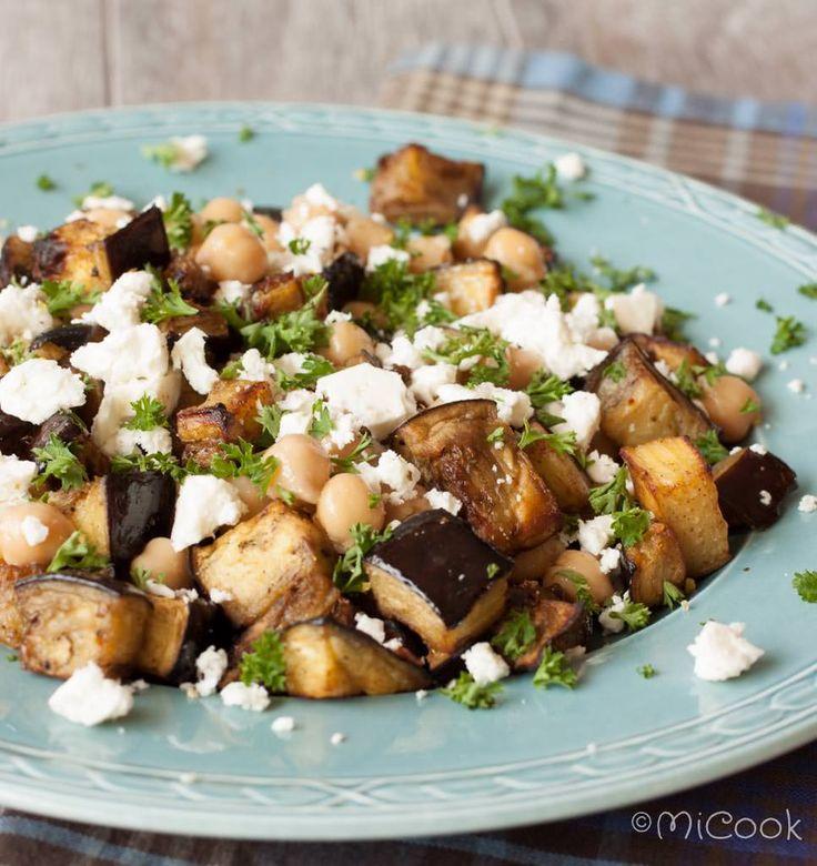 Aubergines met kikkererwten & feta: een heerlijk bijgerecht óf hoofdgerecht! Aubergines geroosterd met ras el hanout met kikkererwten & feta.