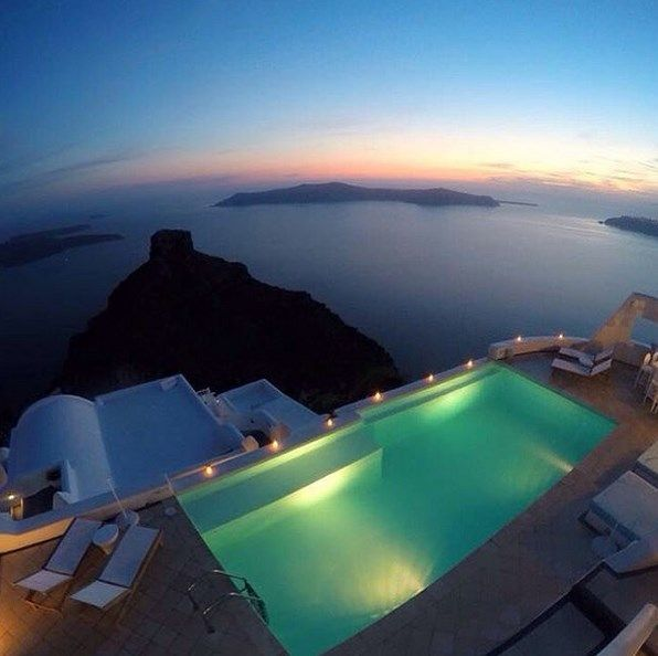 At #AstraSuites you will be fascinated by the whole scenery.Live #ADayatAstraSantorini http://blog.tresorhotels.com/en/secrets/hotels/1380-adayatastrasantorini-mia-mera-sto-astra-suites-sth-santorinh-me-ton-general-manager-giwrgo-karagiannh