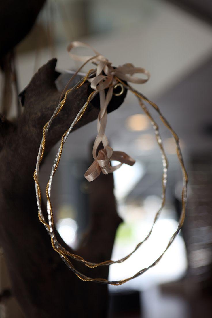 Στέφανα γάμου ασημένια πλακέ σφυρίλατο με στριφτό χρυσό αλυσιδάκι Atelier Zolotas #ThisIsHandmade
