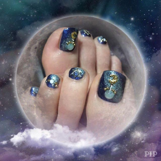 ♢♢♢ * Self-nails . 1日遅れのお月見⁈ネイル🌜🌝🌛 . ペディキュアのPost 寒くなって足を出す機会も減ったし 今年はこれが最後かな… . . . * #nail #selfnail #pedicure #footnail #glitter #star #milkyway  #moon #Planet #ネイル #セルフネイル #ペディキュア #フットネイル #ポリッシュ #ネイビー #月 #星 #惑星 #天の川 #グリッター #ラメ #ネイルパーツ #cocoismn