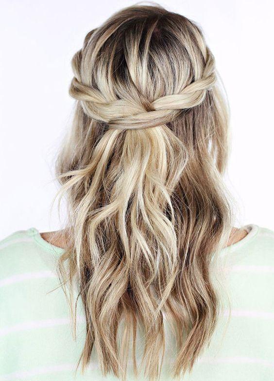 15 idées de coiffures pratiques pour faire du sport. Focus : la couronne de tresses torsadées